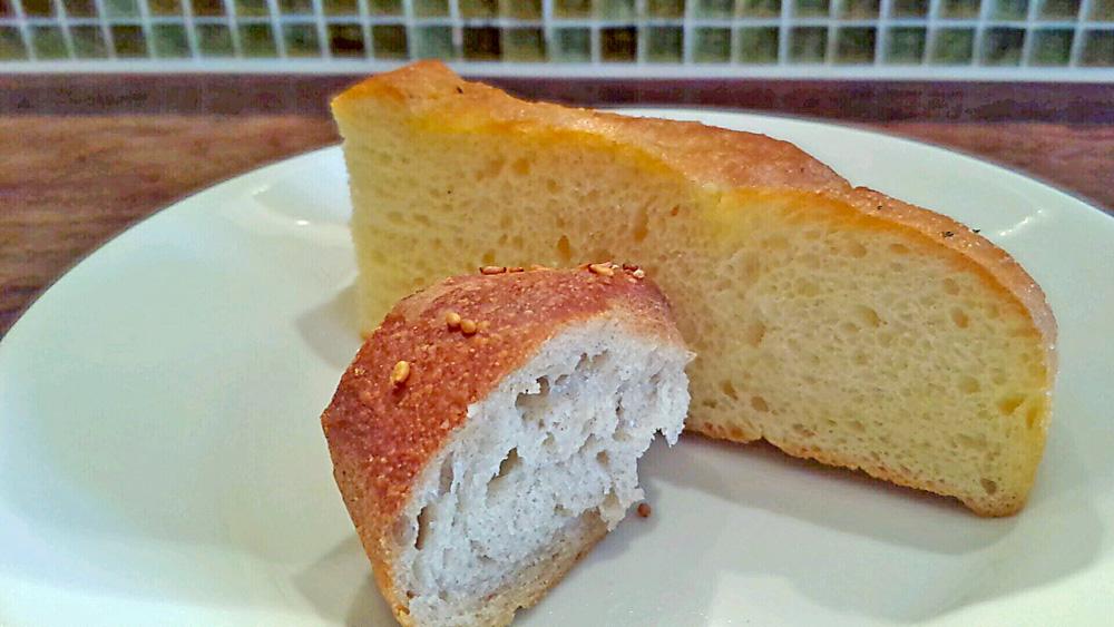 自家製フォカッチャと全粒粉のパン