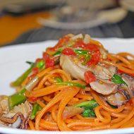 ぷっくり仙鳳趾の牡蠣を唐辛子を練りこんだスパゲティで