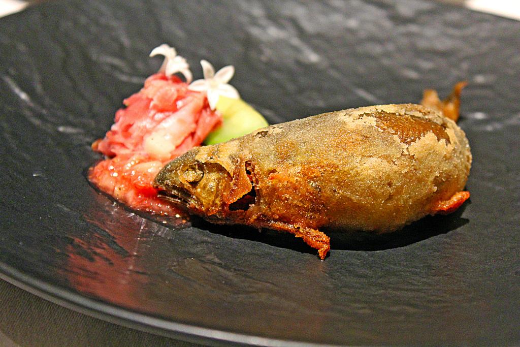 鮎のコンフィとパルマ産生ハム  小メロン セロリ 木苺風味のイチジク