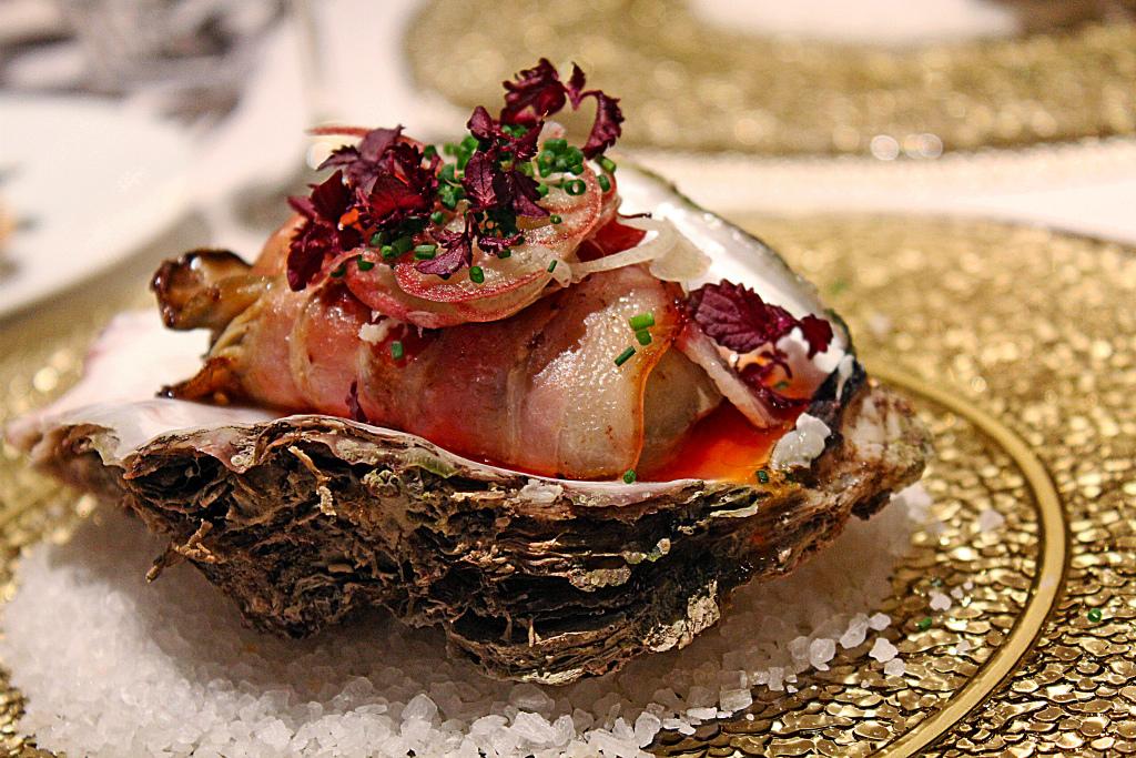 ブリアンゼッタで包んだ岩牡蠣のソテー  スパイシーな赤パプリカのソース ミョウガ 紫芽