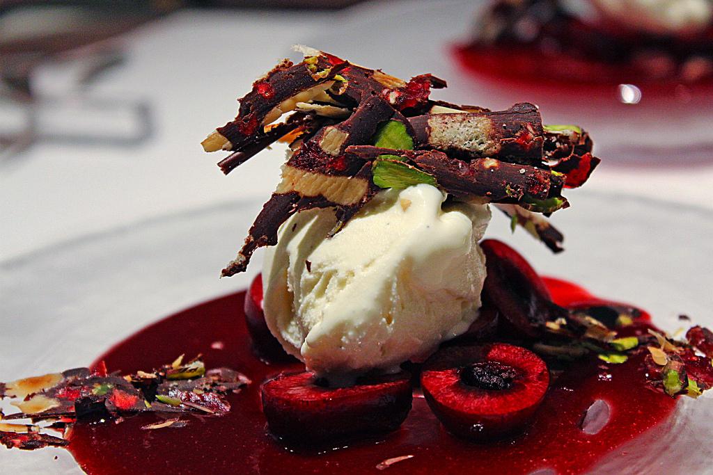 ダークチェリーとバニラのジェラート チョコレートのミネラーレ