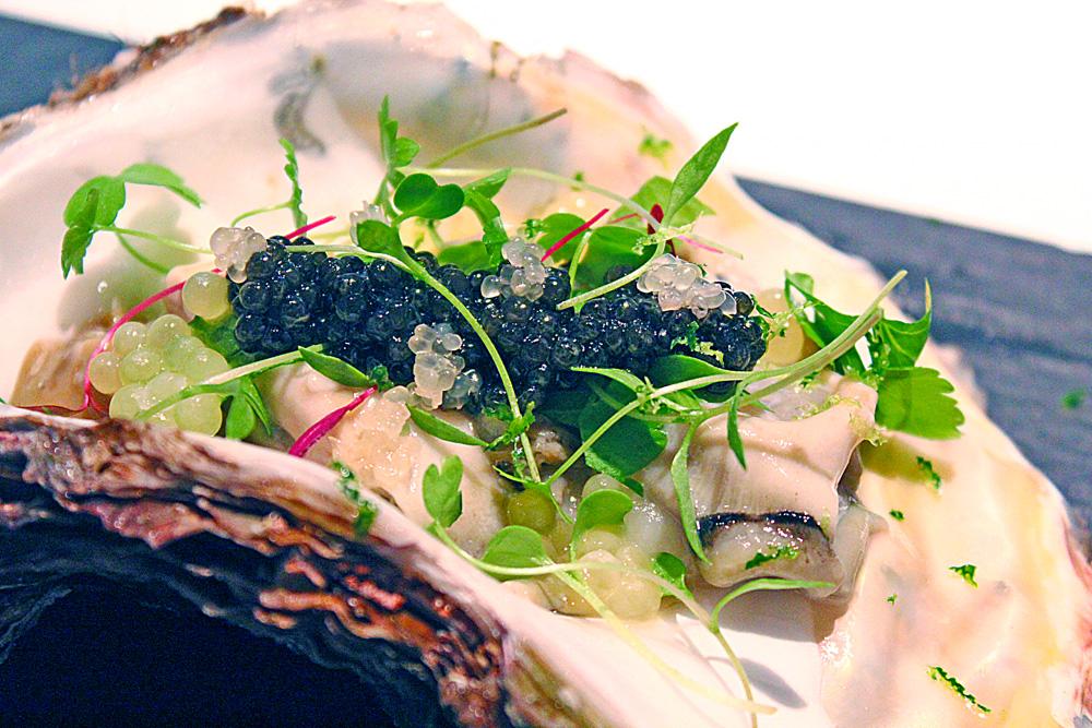 岩牡蠣とマイクロリーフ 蕪のソース フィンガーライムとオシェトラキャビア添え